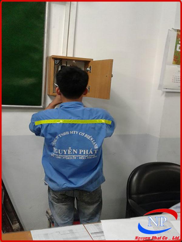 Nhân viên Điện lạnh Nguyễn Phát đang tìm hiểu nguyên nhân